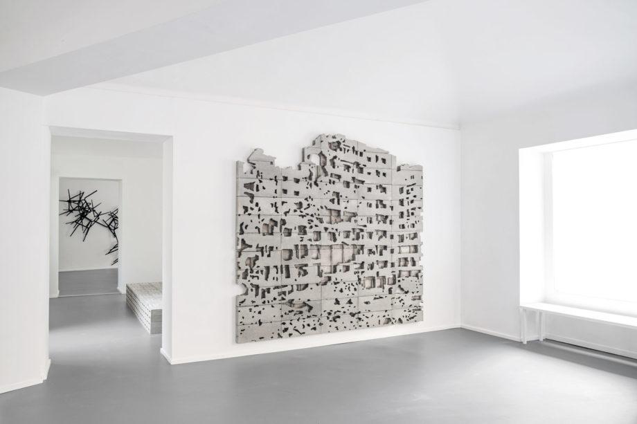 Paolo Grassino Guerra è sempre (est), 2018 cemento cm 250 x 250 x 8