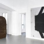Salvatore Astore Calotta, 1987. Ferro saldato e vernice, cm 200 x 190 Sergio Ragalzi Virus, 1988. Pittura industriale su masonite, cm 244 x 275